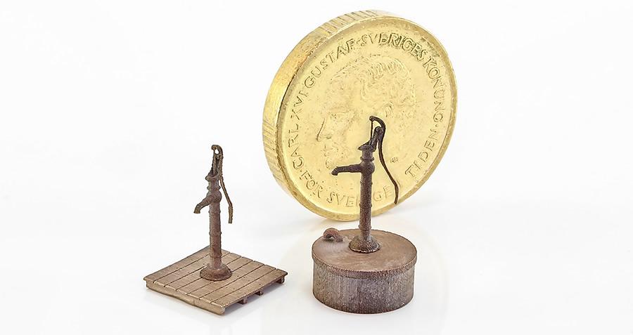 Gårdspump i brons, skala H0.