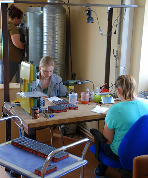 Līga blästrar, Linda och Elīna förbättringsmålar. Foto: Ugis Lauzejs
